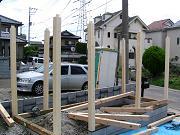 土台の上に柱を入れていきます。